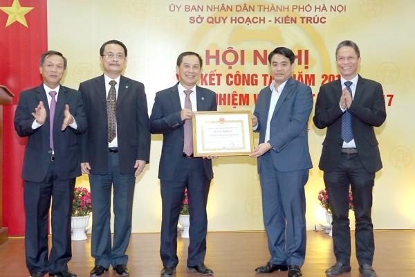 Chủ tịch UBND TP Hà Nội Nguyễn Đức Chung trao bằng khen của Chủ tịch UBND TP cho Sở QHKT