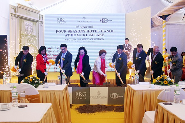 Phó Bí thư Thường trực Thành ủy Ngô Thị Thanh Hằng, Chủ tịch UBND TP Nguyễn Đức Chung cùng các đại biểu thực hiện nghi lễ động thổ dự án