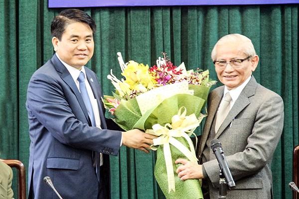 Chủ tịch UBND TP Nguyễn Đức Chung tặng hoa chúc mừng Giáo sư Phan Huy Lê mới nhận giải thưởng Hồ Chí Minh đợt V về Sử học