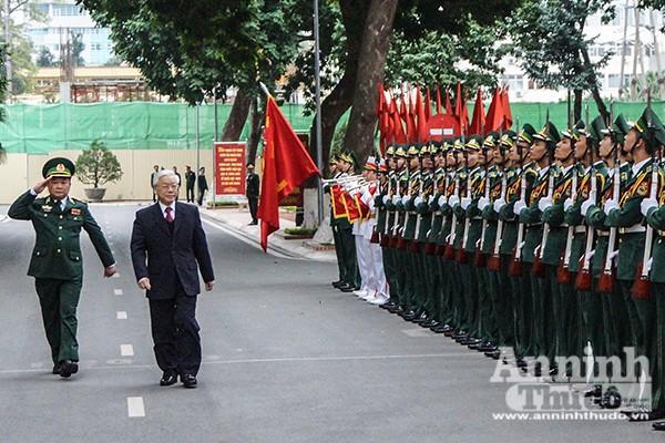 Tổng Bí thư Nguyễn Phú Trọng duyệt đội danh dự Bộ đội Biên phòng