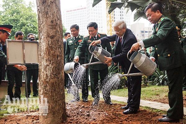 Tổng Bí thư Nguyễn Phú Trọng trồng cây lưu niệm