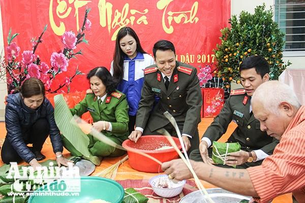 Những cán bộ chiễn sỹ Công an quận Thanh Xuân, CATP Hà Nội tham gia gói bánh chưng tặng người nghèo