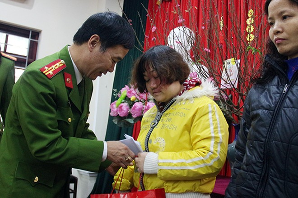 Đại tá Vũ Minh Phương, Trưởng CAQ Thanh Xuân trao quà cho các hoàn cảnh có số phận không may mắn