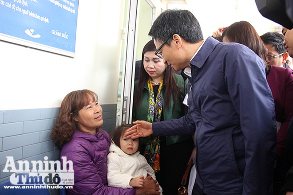 Phó Thủ tướng Vũ Đức Đam thăm hỏi người dân đến khám bệnh ở Trạm y tế phường Tây Mỗ