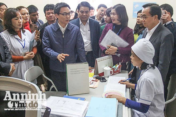 Phó Thủ tướng Vũ Đức Đam thăm và trò chuyện với y, bác sỹ ở Trạm y tế phường Tây Mỗ