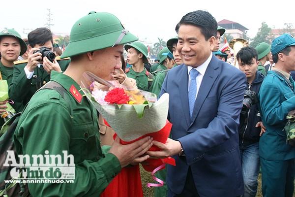 Chủ tịch UBND TP Hà Nội Nguyễn Đức Chung tặng hoa chúc mừng các tân binh