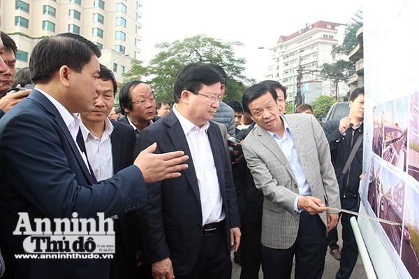 Sáng 17-2, Phó Thủ tướng Trịnh Đình Dũng cùng Chủ tịch UBND TP Nguyễn Đức Chung đã đi thị sát tại cửa khẩu An Dương. Nơi Hà Nội đang đề xuất thay đổi kết cấu đê.