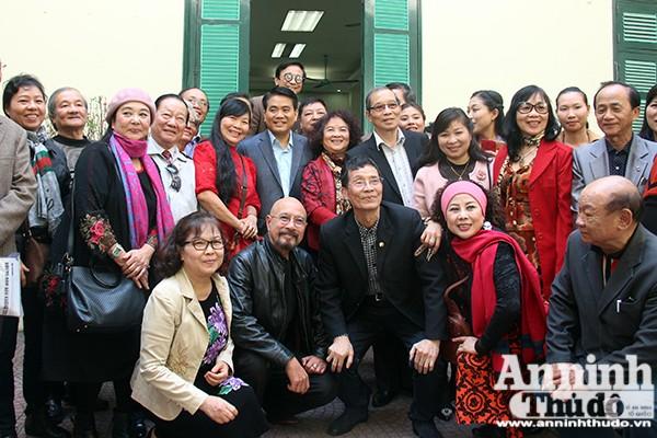 Chủ tịch UBND TP Nguyễn Đức Chung cùng các văn nghệ sỹ, trí thức Thủ đô