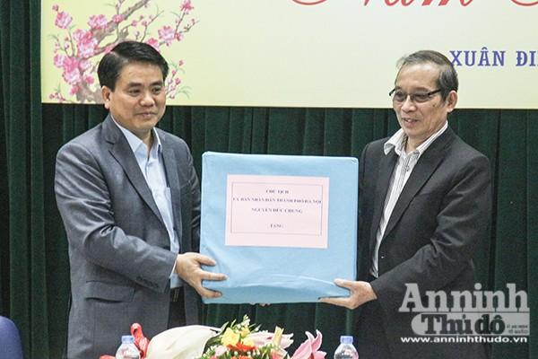 Chủ tịch UBND TP Nguyễn Đức Chung tặng quà Hội Liên hiệp VHNT Hà Nội
