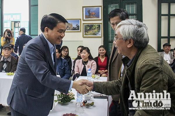 Chủ tịch UBND TP Hà Nội Nguyễn Đức Chung trò chuyện cùng các văn nghệ sỹ, trí thức tại buổi gặp mặt