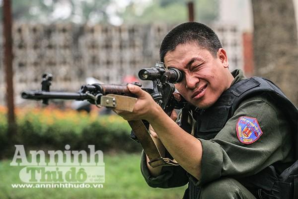 Một chiến sỹ trẻ rèn luyện với súng bắn tỉa