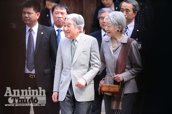 Nhà vua và Hoàng hậu Nhật Bản tươi cười vẫy chào người dân Hà Nội khi thăm Văn Miếu ảnh 4