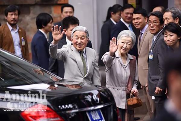 Nhà vua và Hoàng hậu Nhật Bản tươi cười vẫy chào người dân Hà Nội khi thăm Văn Miếu ảnh 6