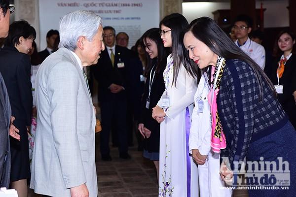 Nhà vua và Hoàng hậu Nhật Bản tươi cười vẫy chào người dân Hà Nội khi thăm Văn Miếu ảnh 3