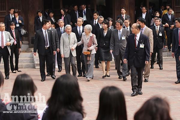 Nhà vua và Hoàng hậu Nhật Bản tươi cười vẫy chào người dân Hà Nội khi thăm Văn Miếu ảnh 2