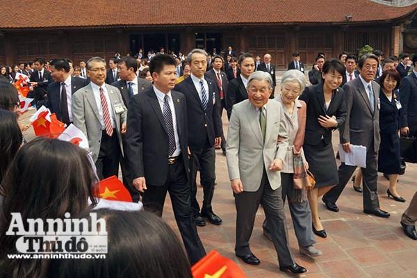 Nhà vua và Hoàng hậu Nhật Bản tươi cười vẫy chào người dân Hà Nội khi thăm Văn Miếu ảnh 5