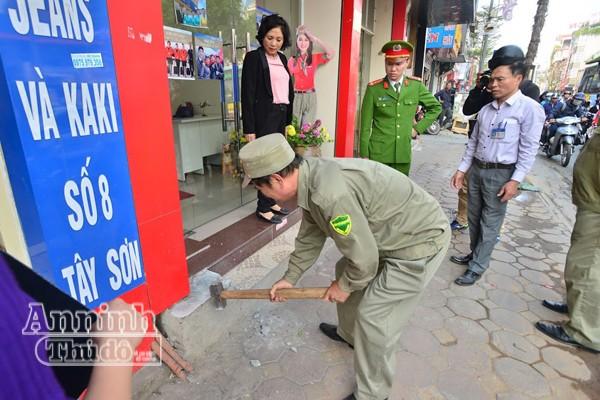 CAP Quang Trung (Đống Đa) cùng lực lượng chức năng phá dỡ phần lấn chiếm vỉa hè của một hộ kinh doanh trên phố Tây Sơn