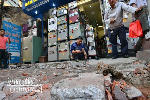 Nhiều hộ dân trên phố Tây Sơn (Đống Đa) đã tự phá dỡ phần phi phạm lấn chiếm vỉa hè