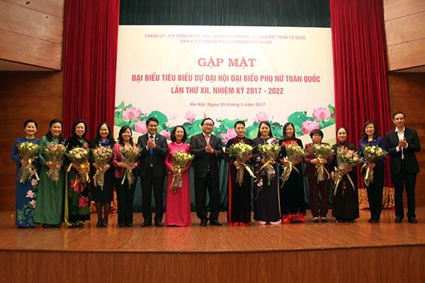Lãnh đạo TP Hà Nội tặng hoa chúc mừng các đồng chí lãnh đạo Đảng, Nhà nước dự buổi gặp mặt