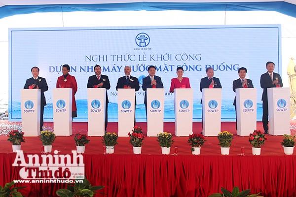 Chủ tịch UBND TP Hà Nội cùng các đại biểu bấm nút khởi công dự án nhà máy nước mặt sông Đuống