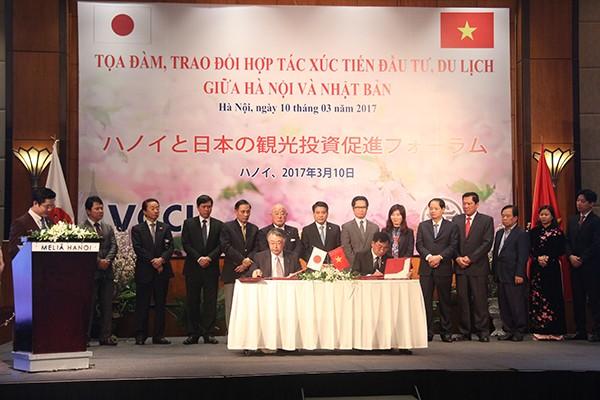 Trợ lý Thủ tướng Nhật Bản Iijima Isao, Chủ tịch UBND TP Hà Nội Nguyễn Đức Chung cùng các đồng chí lãnh đạo chứng kiến ký kết văn bản ghi nhớ hợp tác giữa các tổ chức, doanh nghiệp Nhật Bản với Thủ đô Hà Nội