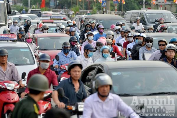 Người dân đổ về Thủ đô sau kỳ nghỉ lễ 30-4 ảnh 7
