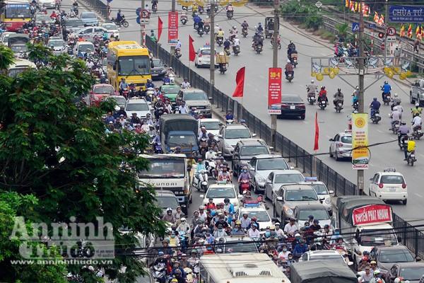 Người dân đổ về Thủ đô sau kỳ nghỉ lễ 30-4 ảnh 2
