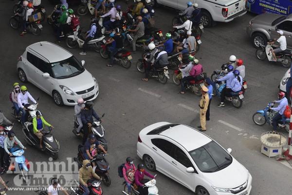 Người dân đổ về Thủ đô sau kỳ nghỉ lễ 30-4 ảnh 8