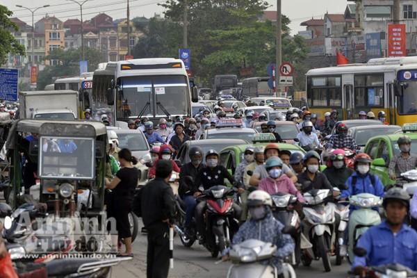 Người dân đổ về Thủ đô sau kỳ nghỉ lễ 30-4 ảnh 9