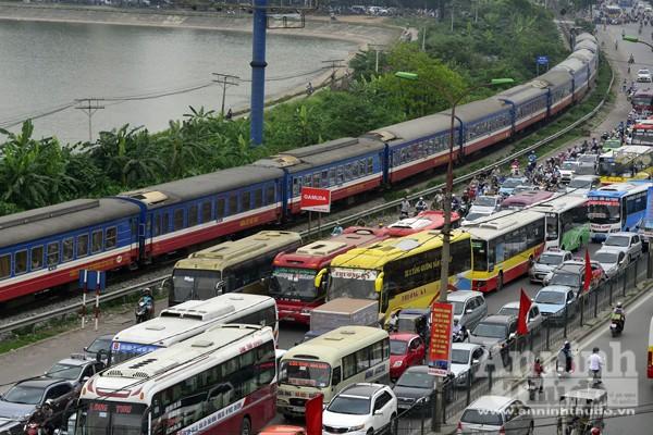 Người dân đổ về Thủ đô sau kỳ nghỉ lễ 30-4 ảnh 3