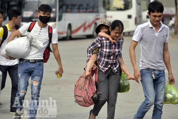 Người dân đổ về Thủ đô sau kỳ nghỉ lễ 30-4 ảnh 4