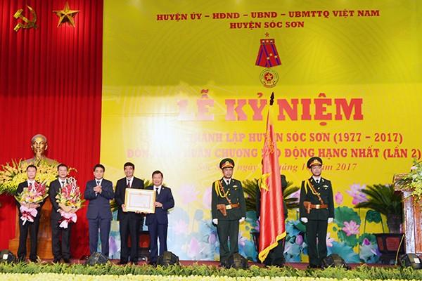 Thừa ủy quyền của Chủ tịch nước, Chủ tịch UBND TP Hà Nội Nguyễn Đức Chung trao tặng Huân chương Lao động hạng Nhất của Chủ tịch nước cho Đảng bộ, chính quyền và nhân dân huyện Sóc Sơn