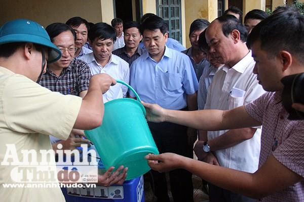Chủ tịch UBND TP Nguyễn Đức Chung yêu cầu thử nghiệm tại chỗ máy lọc nước sạch phục vụ nhân dân các thôn còn bị chia cắt