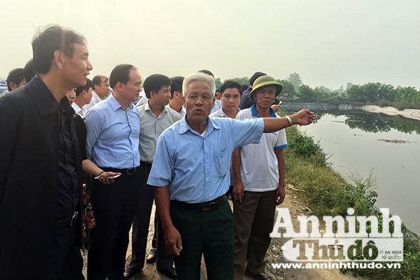 Phó Bí thư Thành ủy Đào Đức Đoàn nghe người dân phản ánh tại bãi xử lý rác ở xã Đông Lỗ, huyện Ứng Hòa