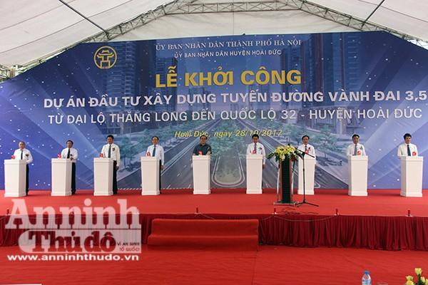 Các đồng chí lãnh đạo TP Hà Nội nhấn nút phát lệnh khởi công dự án