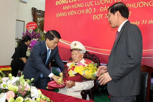 Chủ tịch UBND TP Hà Nội Nguyễn Đức Chung tặng hoa chúc mừng Thiếu tướng, Anh hùng LLVT Nguyễn Trọng Tháp