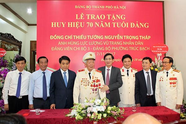 Chủ tịch UBND TP Hà Nội Nguyễn Đức Chung cùng lãnh đạo quận Ba Đình chúc mừng Thiếu tướng, Anh hùng LLVT Nguyễn Trọng Tháp