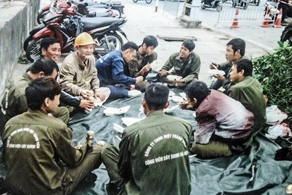 Lãnh đạo Công ty TNHH MTV Công viên cây xanh Hà Nội luôn sát cánh, động viên người lao động