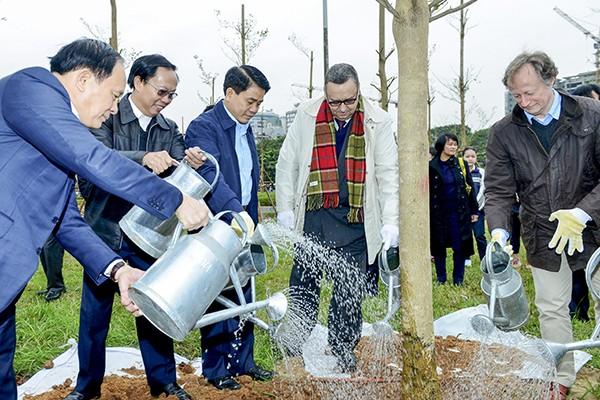Chủ tịch UBND TP Hà Nội Nguyễn Đức Chung, Đại sứ Cộng hòa Phần Lan tại Việt Nam Kari Kahiluto cùng các đại biểu tham gia trồng cây