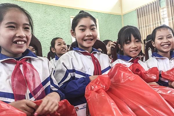 Niềm vui của các em học sinh xã miền núi Hưng Thi, tỉnh Hòa Bình