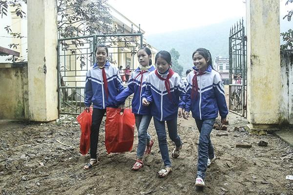 Mang ấm áp đến với các em học sinh nơi con sông Bôi lở bồi