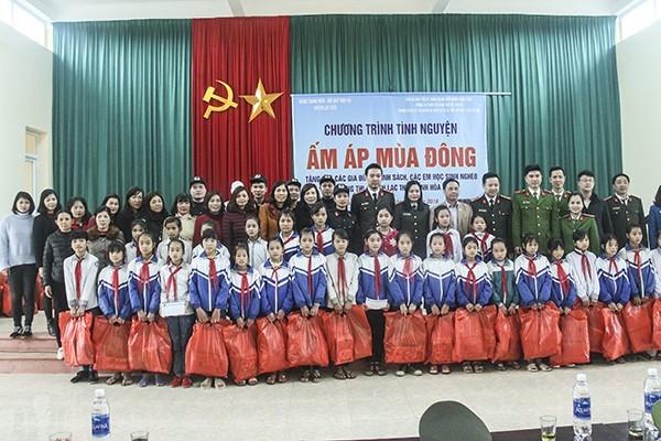 Đoàn công tác tặng quà các em học sinh vượt khó xã Hưng Thi, Lạc Thủy, Hòa Bình