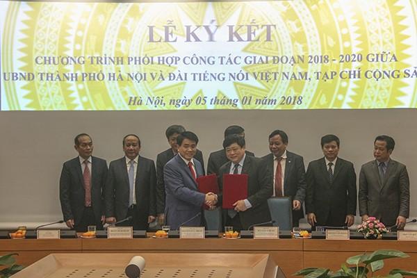 Chủ tịch UBND TP Nguyễn Đức Chung và Tổng Giám đốc VOV Nguyễn Thế Kỷ ký kết chương trình phối hợp công tác