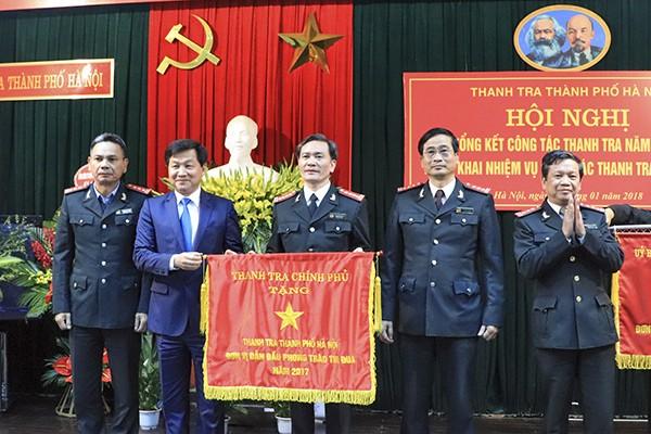 Tổng Thanh tra Chính phủ Lê Minh Khái tặng Cờ đơn vị dẫn đầu phòng trào thi đua cho Thanh tra TP Hà Nội