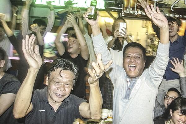 Niềm vui vỡ òa của người hâm mộ bóng đá tại Hà Nội khi U23 Việt Nam vượt qua U23 Qatar để xứng đáng bước chân vào trận chung kết U23 Châu Á