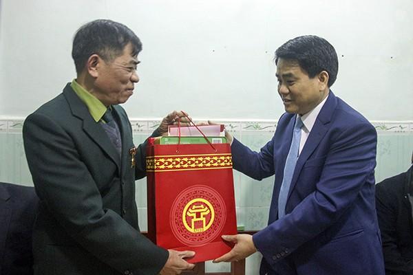 Chủ tịch UBND TP Nguyễn Đức Chung tặng quà chúc Tết thương binh nặng Nguyễn Văn Đại