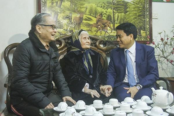 Chủ tịch UBND TP Nguyễn Đức Chung chúc Mẹ Việt Nam Anh hùng Trịnh Thị Thành sức khỏe, trường thọ