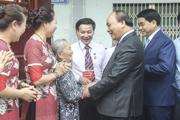 Thủ tướng Nguyễn Xuân Phúc đến thăm nhà Nghệ nhân nhân dân Trần Độ