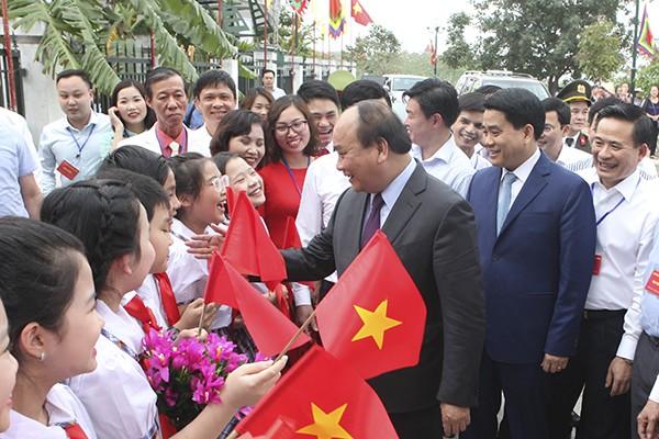 Thủ tướng Nguyễn Xuân Phúc trò chuyện cùng các em học sinh làng nghề truyền thống Bát Tràng