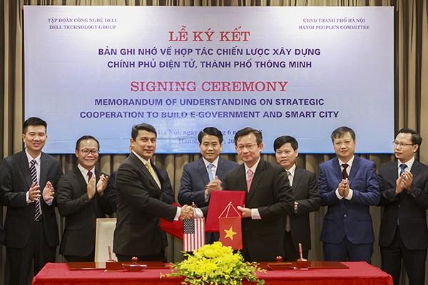 Phó Bí thư Thành ủy, Chủ tịch UBND TP Hà Nội Nguyễn Đức Chung chứng kiến lễ ký kết Bản ghi nhớ về hợp tác chiến lược xây dựng chính quyền điện tử, thành phố thông minh giữa TP Hà Nội và Tập đoàn DELL
